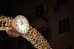 Rusia El reloj en la calle en una noche del invierno en Rostov-On-Don 4 de enero de 2017 Imagen de archivo libre de regalías