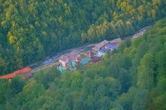 Rusia en la miniatura, verano, montañas, bosque, río Fotografía de archivo