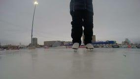 Rusia, Ivanovo ciudad patinaje pista mujer joven del 19 de febrero de 2019 A aprende patinar en el hielo metrajes