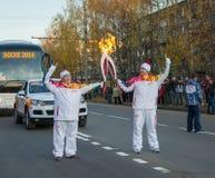 Rusia, Ivanovo, el 17 de octubre. Raza de retransmisión de la antorcha olímpica de Sochi 2014 imagenes de archivo