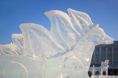 Rusia, Izhevsk - 28 de enero de 2017: Escultura de hielo de Pegaso que se coloca en el cuadrado central Imagen de archivo