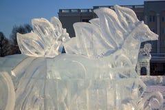 Rusia, Izhevsk - 28 de enero de 2017: Escultura de hielo de Pegaso que se coloca en el cuadrado central Foto de archivo libre de regalías