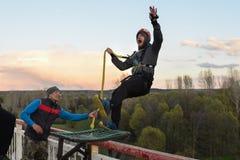 Rusia, Izhevsk, el 14 de mayo de 2017 Salto con una cuerda de la mucha altitud del puente en el río de Izh Fotos de archivo