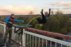 Rusia, Izhevsk, el 14 de mayo de 2017 Salto con una cuerda de la mucha altitud del puente en el río de Izh Fotos de archivo libres de regalías