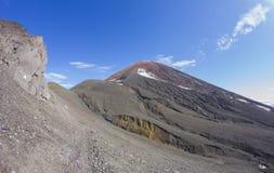 Rusia, Kamchatka Volcán de Avacha en el fondo del cielo azul brillante Fotografía de archivo libre de regalías