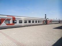 Rusia, Kamenka - 11 de agosto de 2018: el tren de los ferrocarriles rusos en la plataforma Belinskaya de la estación imagen de archivo