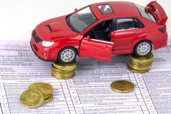 Rusia, máquina de diagnóstico de la inspección de la tarjeta, seguro de coche El coche rojo está en las columnas de monedas Foco  imagen de archivo