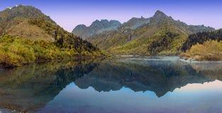 Rusia Mañana del otoño en el lago Kardyvach Fotos de archivo