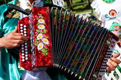 Rusia, Magnitogorsk, - junio, 15, 2019 Un hombre en ropa nacional juega el acordeón - armónica de Tula Desfile en Sabantuy - fotos de archivo libres de regalías