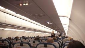 Rusia, Moscú 8-11-2018 AEROPUERTO DE SHEREMETYEVO: Aeroplano Cabina de pasajeros del aeroplano El asistente de vuelo explica metrajes
