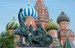 Rusia, Moscú, catedral del ` s de la albahaca del St con el monumento al ciudadano Minin y príncipe Pozharsky fotografía de archivo libre de regalías