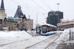 Rusia, Moscú: Cuadrado de Komsomolskaya La tranvía llega la parada imágenes de archivo libres de regalías