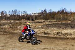 Rusia, Moscú 14 de abril de 2018, adolescentes monta las motocicletas, editoriales fotografía de archivo