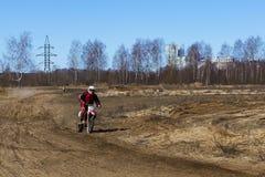 Rusia, Moscú 14 de abril de 2018, adolescentes monta las motocicletas, editoriales fotos de archivo