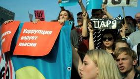 RUSIA, MOSCÚ - 9 DE AGOSTO DE 2018: Reunión contra reforma de la pensión Los gritos de la muchedumbre: ÉSTA NO ES REFORMA, ÉSTA E almacen de video