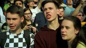RUSIA, MOSCÚ - 9 DE AGOSTO DE 2018: Reunión contra reforma de la pensión Los gritos de la muchedumbre: ABAJO CON EL PODER DE CHEC metrajes