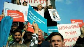 RUSIA, MOSCÚ - 9 DE AGOSTO DE 2018: Reunión contra reforma de la pensión Los gritos de la muchedumbre: ABAJO CON EL REY almacen de metraje de vídeo