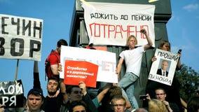 RUSIA, MOSCÚ - 9 DE AGOSTO DE 2018: Reunión contra reforma de la pensión Los gritos de la muchedumbre: PUTIN ES LADRÓN almacen de metraje de vídeo