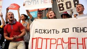 RUSIA, MOSCÚ - 9 DE AGOSTO DE 2018: Reunión contra reforma de la pensión Los gritos de la muchedumbre: PUTIN ES LADRÓN almacen de video