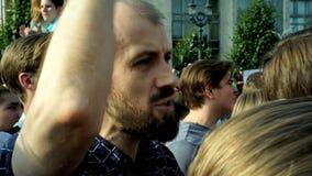 RUSIA, MOSCÚ - 9 DE AGOSTO DE 2018: Reunión contra reforma de la pensión Un hombre de los gritos de la muchedumbre: PUTIN ES LADR almacen de video