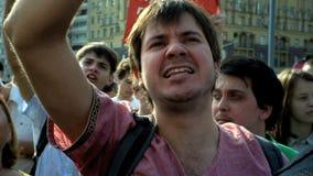 RUSIA, MOSCÚ - 9 DE AGOSTO DE 2018: Reunión contra reforma de la pensión Una muchacha de los gritos de la muchedumbre: UNO, DOS,  almacen de video