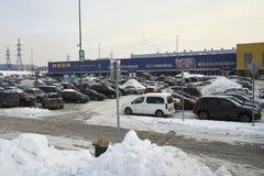 Rusia, Moscú - 8 de febrero de 2018 Aparcamiento cerca de una entrada del centro de la tienda de IKEA fotos de archivo