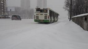 Rusia, Moscú - 4 de febrero de 2018 Conducción de automóviles a lo largo de la carretera nevosa en Moscú almacen de video