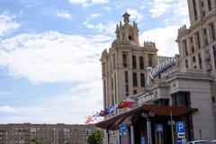 RUSIA, MOSCÚ - 30 de junio de 2017: Entrada central del hotel de Radisson, sobre las banderas de la caída de la entrada Imagen de archivo