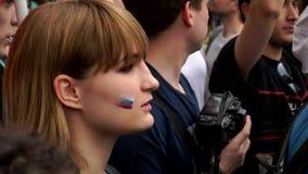 RUSIA, MOSCÚ - 12 DE JUNIO DE 2017: Reunión contra la corrupción organizada por Navalny en la calle de Tverskaya La muchacha en l almacen de video