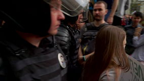 RUSIA, MOSCÚ - 12 DE JUNIO DE 2017: Reunión contra la corrupción organizada por Navalny en la calle de Tverskaya La policía lleva almacen de video