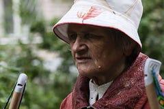 Rusia, Moscú 21 de junio de 2018, viejo caminante de la abuela, editorial imagen de archivo