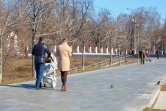 Rusia, Mosc? 31 de marzo de 2019: D?a de primavera soleado en el bulevar de la ciudad Ciudad de la primavera fotos de archivo libres de regalías