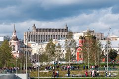 RUSIA, MOSCÚ - 16 DE SEPTIEMBRE DE 2017: La iglesia del icono de la madre de la opinión de dios y del Kremlin de Zaryadye parquea Imágenes de archivo libres de regalías