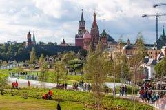 RUSIA, MOSCÚ - 16 DE SEPTIEMBRE DE 2017: La iglesia del icono de la madre de la opinión de dios y del Kremlin de Zaryadye parquea Foto de archivo