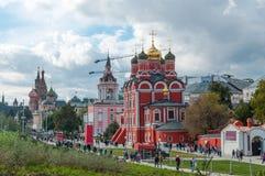 RUSIA, MOSCÚ - 16 DE SEPTIEMBRE DE 2017: La iglesia del icono de la madre de la opinión de dios y del Kremlin de Zaryadye parquea Imagenes de archivo
