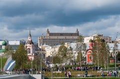 RUSIA, MOSCÚ - 16 DE SEPTIEMBRE DE 2017: La iglesia del icono de la madre de la opinión de dios y del Kremlin de Zaryadye parquea Foto de archivo libre de regalías