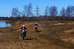 Rusia, Moscú, el 14 de abril de 2018, adolescente en una motocicleta, editorial Imagen de archivo libre de regalías