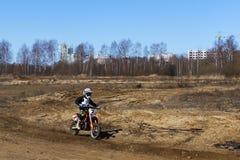 Rusia, Moscú, el 14 de abril de 2018, adolescente en una motocicleta, editorial Imagen de archivo