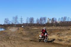 Rusia, Moscú, el 14 de abril de 2018, adolescente en una motocicleta, editorial Imagenes de archivo