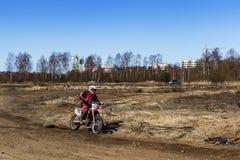 Rusia, Moscú, el 14 de abril de 2018, adolescente en una motocicleta, editorial Imágenes de archivo libres de regalías