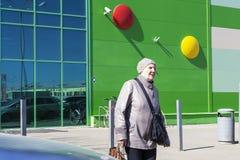Rusia, Moscú, el 14 de abril de 2018, las señoras sale del centro comercial, editorial fotografía de archivo