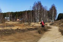 Rusia, Moscú, el 14 de abril de 2018, motocicletas de entrenamiento del montar a caballo del adolescente, editoriales Foto de archivo libre de regalías