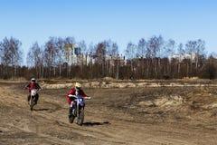 Rusia, Moscú, el 14 de abril de 2018, motocicletas de entrenamiento del montar a caballo del adolescente, editoriales Fotos de archivo libres de regalías
