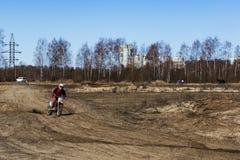 Rusia, Moscú, el 14 de abril de 2018, motocicletas de entrenamiento del montar a caballo del adolescente, editoriales Imagen de archivo libre de regalías