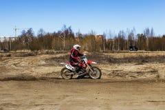 Rusia, Moscú, el 14 de abril de 2018, motocicletas de entrenamiento del montar a caballo del adolescente, editoriales Imagen de archivo