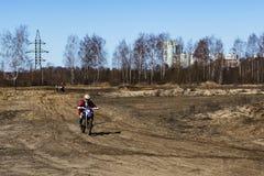 Rusia, Moscú, el 14 de abril de 2018, motocicletas de entrenamiento del montar a caballo del adolescente, editoriales Fotografía de archivo