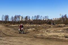 Rusia, Moscú, el 14 de abril de 2018, motocicletas de entrenamiento del montar a caballo del adolescente, editoriales Fotos de archivo