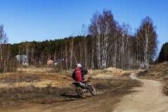 Rusia, Moscú, el 14 de abril de 2018, motocicletas de entrenamiento del montar a caballo del adolescente, editoriales Fotografía de archivo libre de regalías
