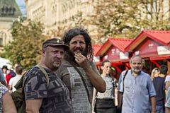 Rusia, Moscú, el 4 de agosto de 2018, hombres brutales que caminan abajo de la calle en la muchedumbre, editorial fotografía de archivo