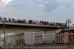 Rusia, Moscú, el 4 de agosto de 2018, parque de Moscú Zaryadye, puente, editorial imágenes de archivo libres de regalías
